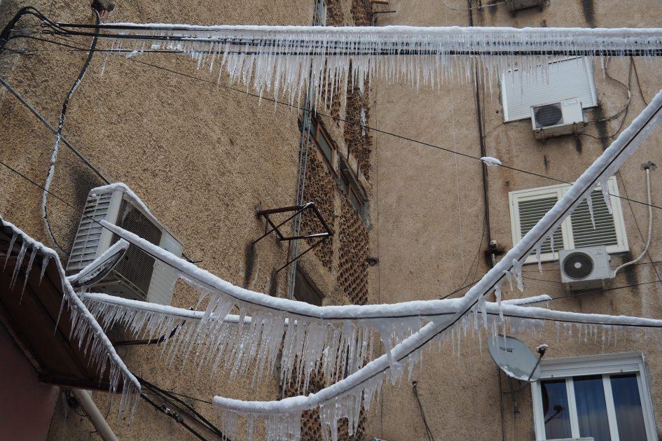 Eiszapfen hängen von Stromleitungen