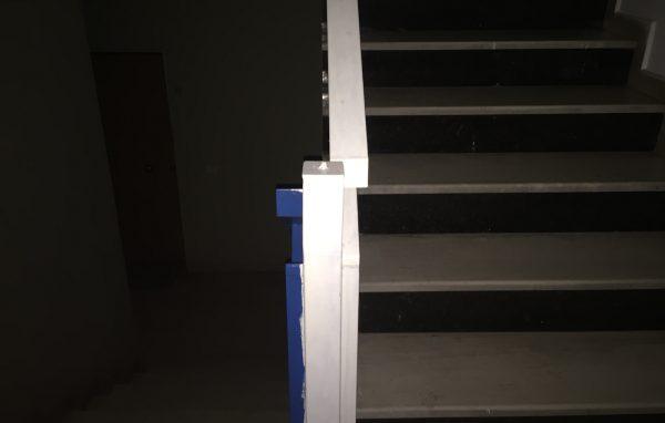 Das Treppenhaus im fahlen Licht der Handytaschenlampe