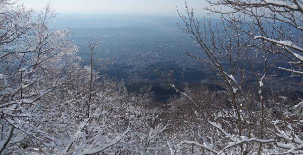 Blick vom verschneiten Dajti auf Tirana